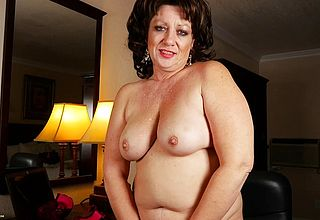 Round mature Gal presents Her Thick Titties