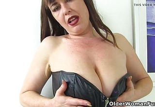 English cougar Janey Gets Horny In dark hued stretch pants